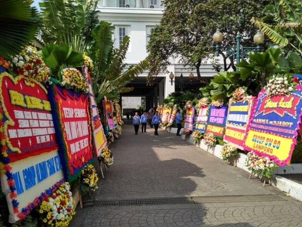 Karangan bunga untuk Ahok-Djarot di Balai Kota a_ MTVN-Nur Azizah